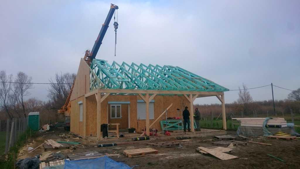 Tetőcserép érkezése és tetőszerkezet daruzása a balatonmáriafürdői Keller Családi Ház építésén