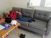 dr. Litkei Eszter, a Mama, kipróbálja az új kanapét