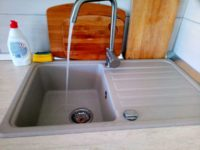 Az első vízsugár az új konyhában, Balatonmáriafürdőn, a Keller Családi Házban